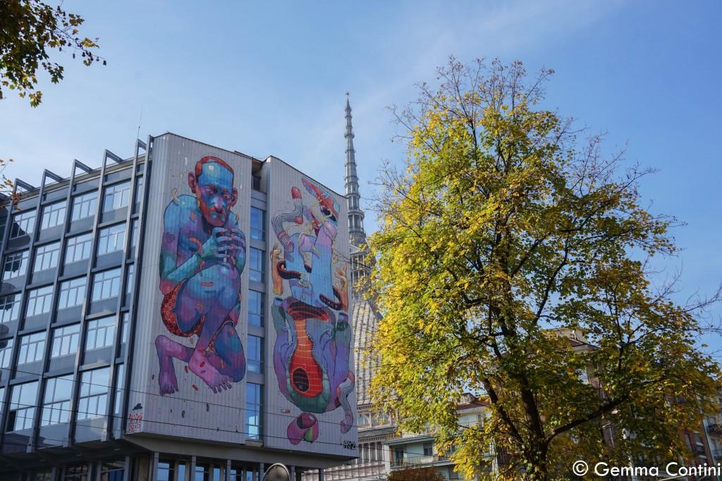 Murales di Torino con la Mole che spunta