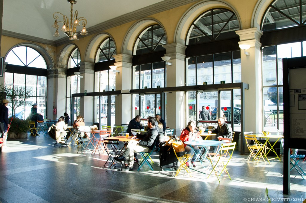 Mercato Metropolitano interno tavoli vetrate