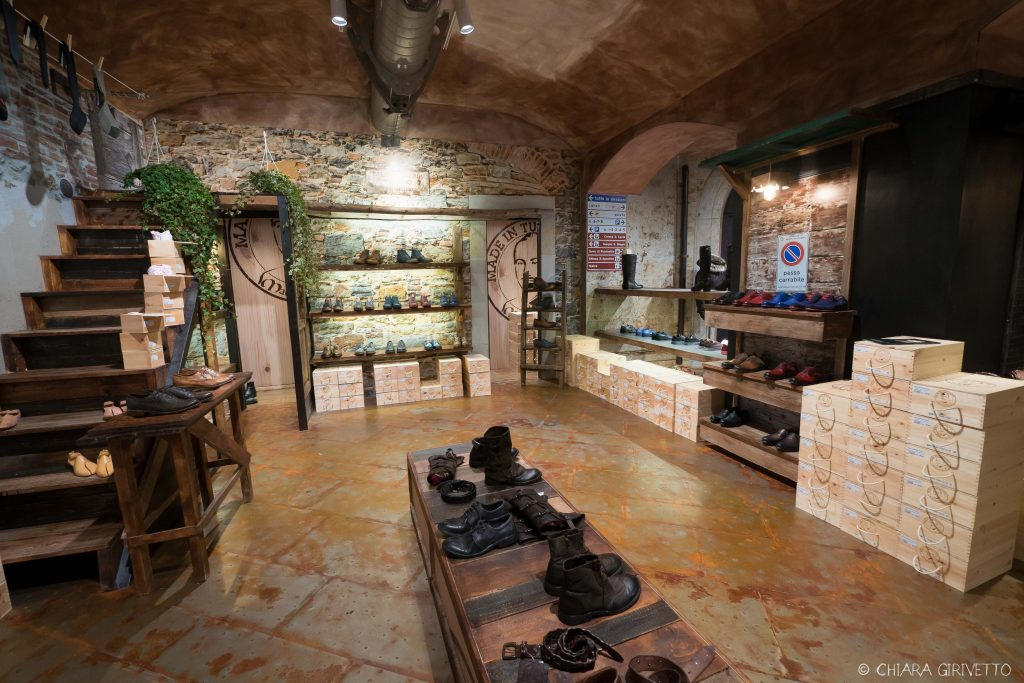 Maledetti Toscani store Torino Montepulciano pelle shopping insegne cartelli design