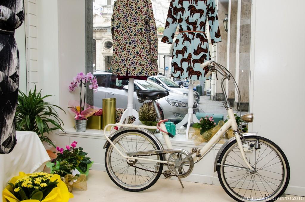 bicicletta abito zebre stampe fiori orchidee
