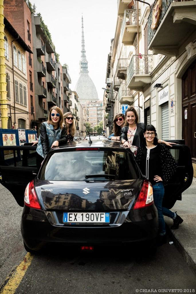 Le Torino Fashion Bloggers sulla swift posh di suzuki con la Mole alle spalle