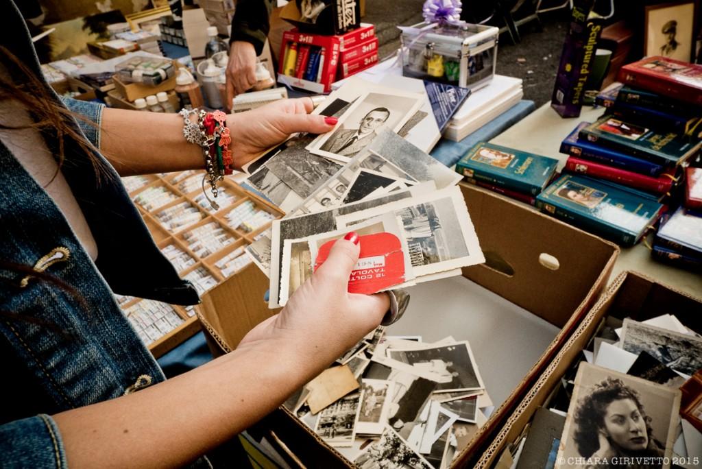 Si sfogliano le vecchie cartoline e foto di un robivecchi del Balon