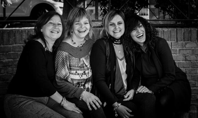 Api di Carta associazione mamme solidarietà sorrisi bianco e nero Poirino