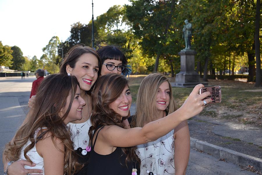 Torino Fashion Bloggers Righe à Pois festa negozio party Castello del Valentino selfie sorrisi amiche